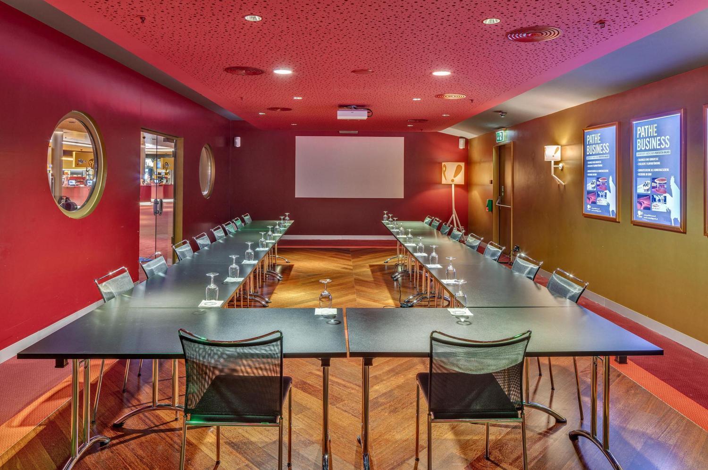 geräumiger Meeting Raum in Bern mit roten und gelben Wänden