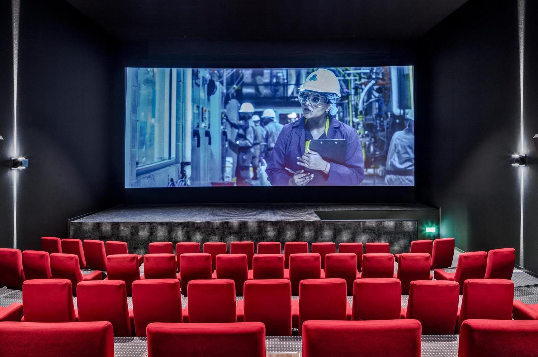 topaktueller Kino Saal mit roten Sesseln für Kundenevents