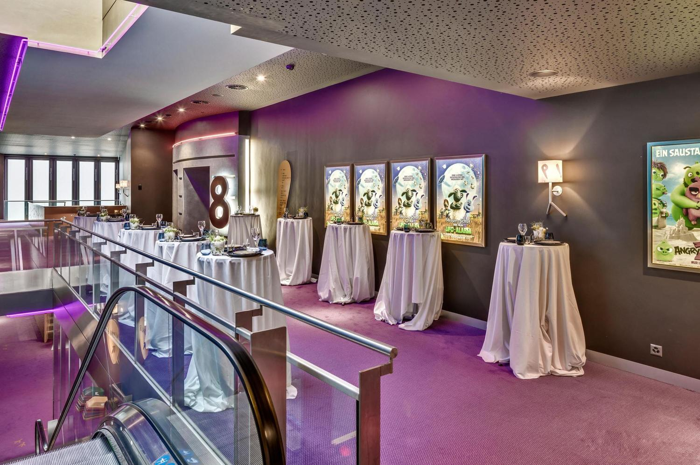 bunte Event Fläche vor dem Kino Eingang in Basel mit violetter Beleuchtung