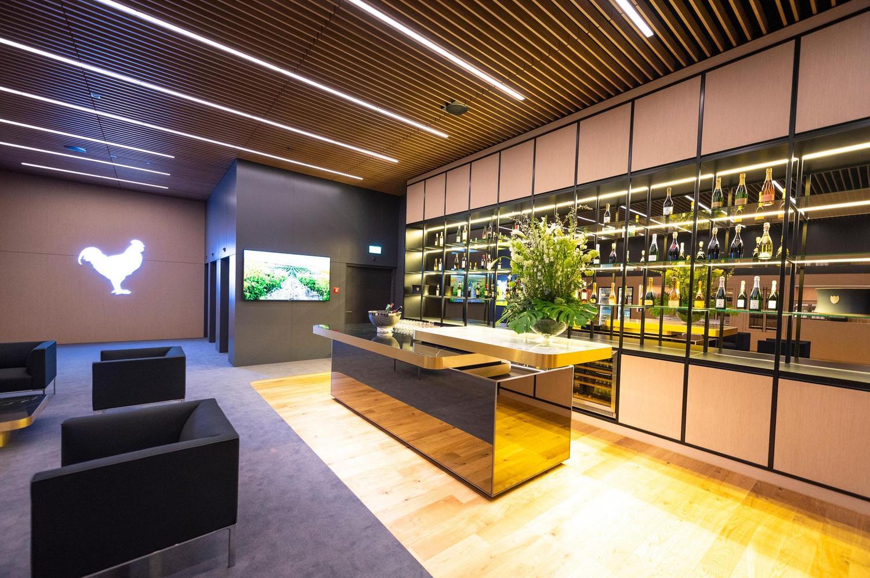 goldene VIP Bar mit grauem Teppich und Ledersesseln in Spreitenbach