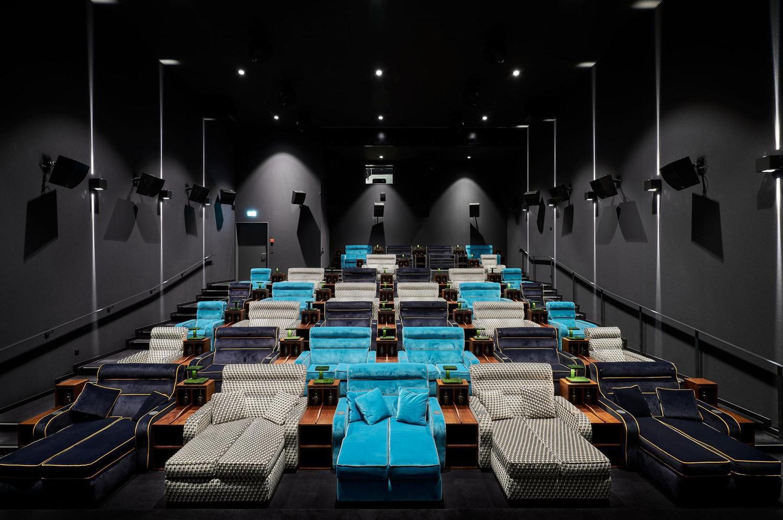 aussergewöhnliche Event Location mit mehrfarbigen Sofas und dunklen Wänden