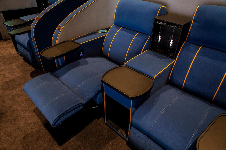 bequeme blaue IMAX VIP Sessel in Spreitenbach mit goldenen Zierstreifen