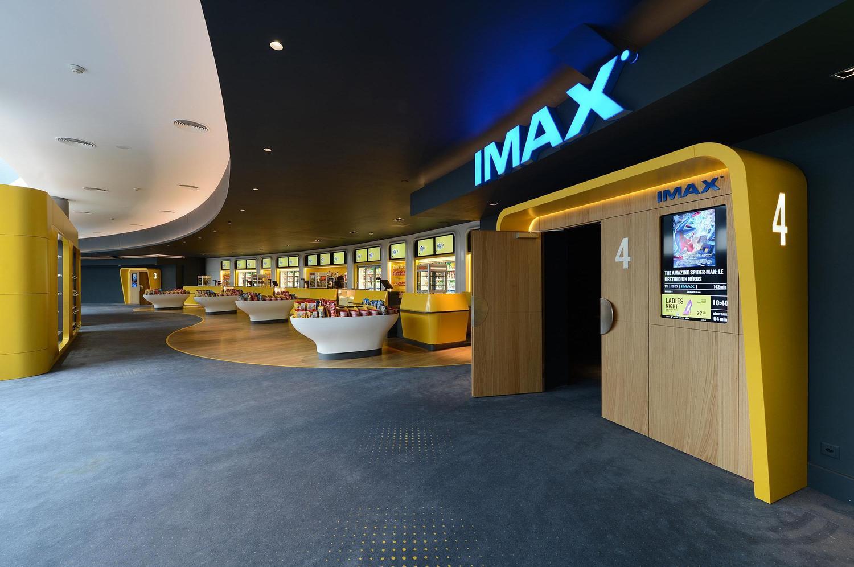 gelber IMAX Eingang im Pathé Kino in Genf mit grauem Teppich