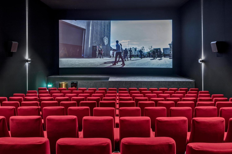 topaktueller Kino Saal mit roten Sesseln zum mieten